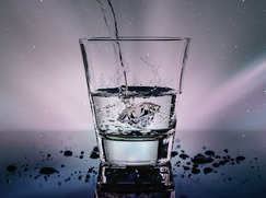 woda w szklance do picia
