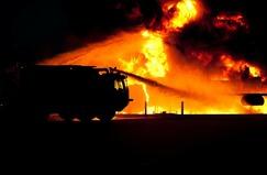 straż pożarna gasi pożar w nocy